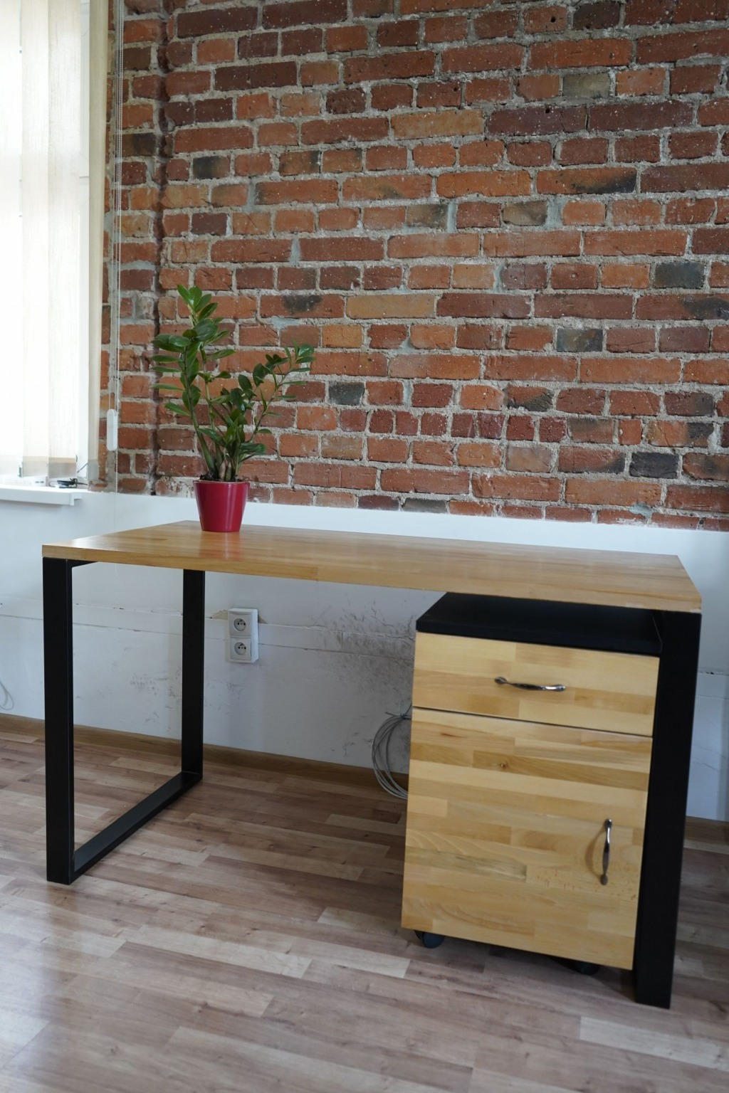 Biurko drewniane do biura lub pokoju