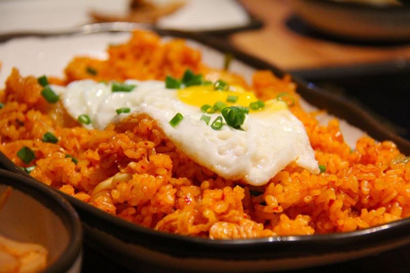Paella z jajkiem i groszkiem